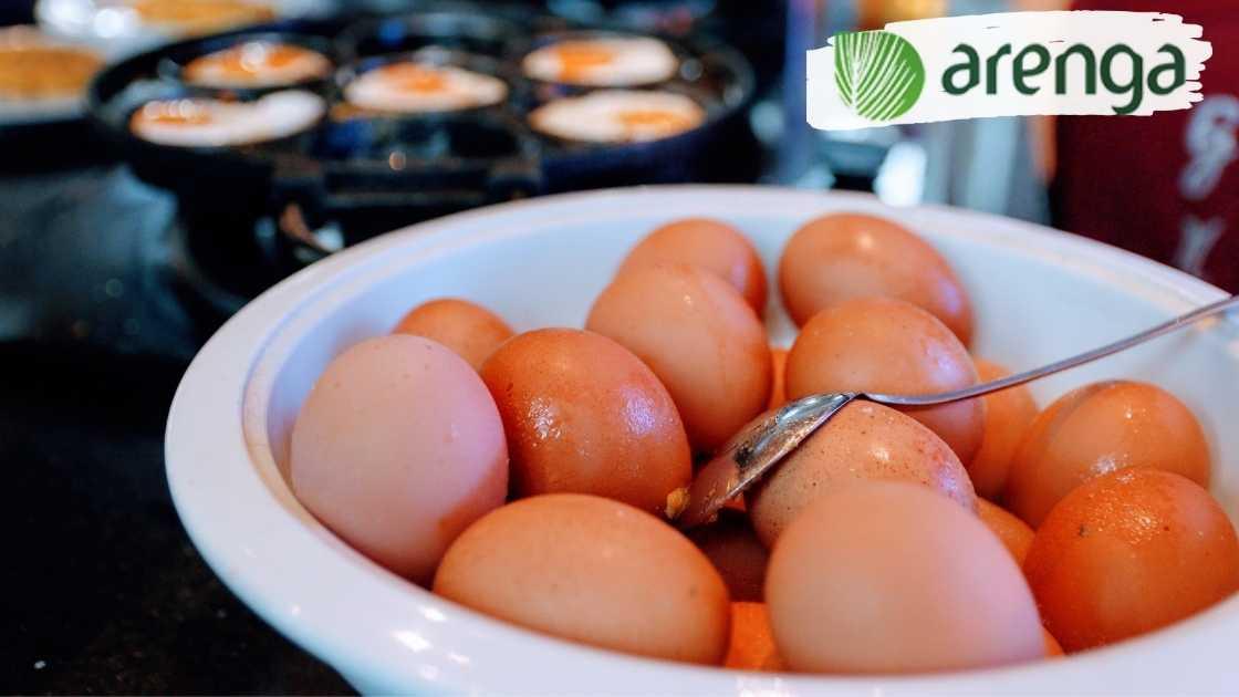 Telur ayam siap digoreng untuk sarapan pagi